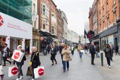 Leute, die auf Grafton Street, Dublin, Irland gehen Stockbilder