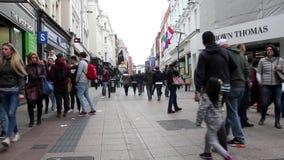 Leute, die auf Grafton Street, Dublin, Irland gehen stock footage