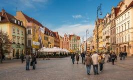 Leute, die auf Hauptmarktplatz in Breslau gehen stockfoto