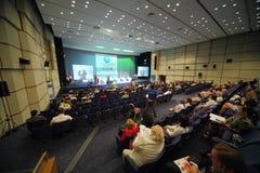 Leute, die auf Internationaler Konferenz der Gesundheitswesen-Industrie-Medizin 2012 sitzen Stockfoto