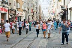 Leute, die auf Istiklal-Straße in Istanbul, die Türkei gehen Stockbild