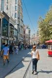 Leute, die auf Istiklal-Straße in Istanbul, die Türkei gehen Stockfotografie