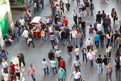 Leute, die auf Istiklal-Straße in Istanbul gehen Stockbild