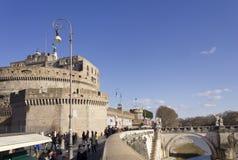 Leute, die auf Lungotevere Castello gehen Lizenzfreie Stockfotos