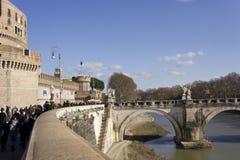 Leute, die auf Lungotevere Castello gehen Lizenzfreies Stockfoto