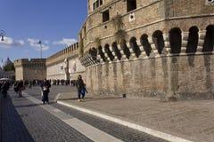 Leute, die auf Lungotevere Castello in Rom gehen Stockfotos