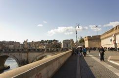 Leute, die auf Lungotevere Castello in Rom gehen Stockfoto