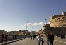 Leute, die auf Lungotevere Castello in Rom gehen Stockfotografie