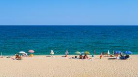 Leute, die auf Nea Vrasna Sand Beach in Griechenland - 28 sich entspannen 08 2017 Stockbild