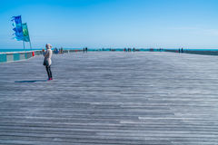 Leute, die auf neuen Hastings-Pier schlendern Ost-Sussex, Großbritannien Lizenzfreies Stockbild