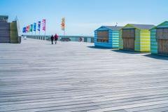 Leute, die auf neuen Hastings-Pier schlendern Ost-Sussex, Großbritannien Lizenzfreie Stockfotografie