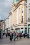 Leute, die auf Patrick Street im Korken, in der Stadt ` s Hauptstraße für Speicher, in den Straßenausführenden, in den Restaurant Lizenzfreies Stockfoto