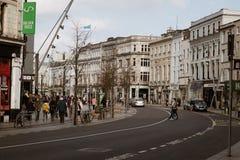 Leute, die auf Patrick Street im Korken, in der Stadt ` s Hauptstraße für Speicher, in den Straßenausführenden, in den Restaurant Lizenzfreies Stockbild