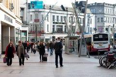 Leute, die auf Patrick Street im Korken, in der Stadt ` s Hauptstraße für Speicher, in den Straßenausführenden, in den Restaurant Lizenzfreie Stockfotos