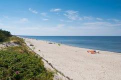 Leute, die auf Piaski-Strand sich entspannen lizenzfreie stockfotografie