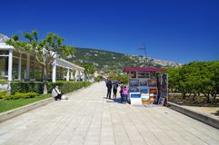 Leute, die auf Promenade in Baska-Stadt auf Krk-Insel am 30. April 2017 gehen kroatien Stockfoto