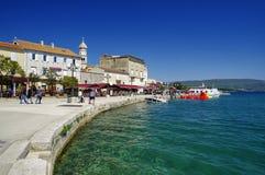 Leute, die auf Promenade in Baska-Stadt auf Krk-Insel am 30. April 2017 gehen kroatien Lizenzfreies Stockfoto