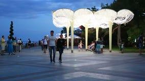 Leute, die auf Promenade in Jalta-Stadt in der Nacht gehen stock footage