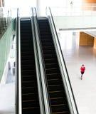 Leute, die auf Rolltreppe hetzen lizenzfreie stockfotografie