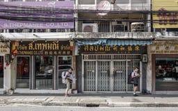 Leute, die auf Straße in Bangkok, Thailand gehen stockfotografie