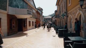 Leute, die auf die Straße in der alten Stadt gehen stock footage