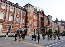 Leute, die auf Straße nahe Tokyo-Station, Japan gehen Lizenzfreie Stockfotografie