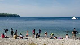 Leute, die auf Strand genießen lizenzfreies stockbild