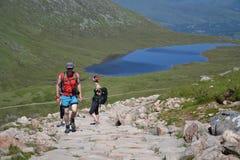 Leute, die auf Weg zum Ben Nevis-Gipfel wandern Stockfotografie