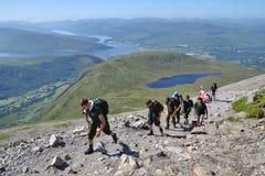 Leute, die auf Weg zum Ben Nevis-Gipfel wandern Stockbild