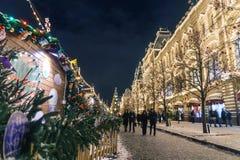 Leute, die auf Weihnachtsmarkt auf Rotem Platz nahe dem GUMMI depar gehen Stockbilder