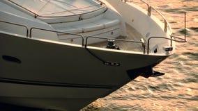Leute, die auf Yacht an der goldenen Stunde segeln stock video