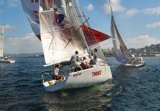 Leute, die auf Yachten in Meer schlendern Stockfoto