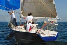 Leute, die auf Yachten in Meer schlendern Lizenzfreie Stockfotografie