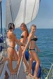 Leute, die auf Yachten in Meer schlendern Lizenzfreie Stockfotos