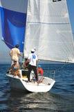 Leute, die auf Yachten in Meer schlendern Stockbild