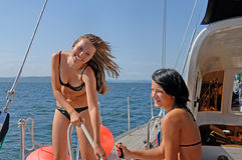 Leute, die auf Yachten in Meer schlendern Stockfotografie