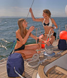 Leute, die auf Yachten in Meer schlendern Lizenzfreie Stockbilder