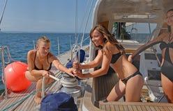 Leute, die auf Yachten in Meer schlendern Lizenzfreies Stockfoto