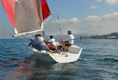 Leute, die auf Yachten in Meer schlendern Lizenzfreies Stockbild