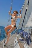 Leute, die auf Yachten in Meer schlendern Stockfotos