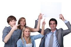Leute, die auf Zeichen zeigen Lizenzfreies Stockfoto