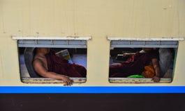 Leute, die auf Zug in Rangun, Myanmar sitzen Stockfotos