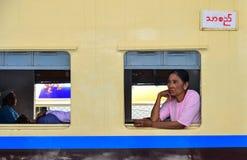 Leute, die auf Zug in Rangun, Myanmar sitzen Stockfotografie