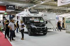 Leute, die Auto in der jährlichen Ausstellung von Reisemobilen in PA betrachten stockbilder