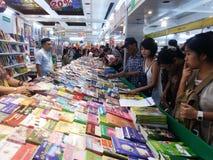Leute, die Bücher an nationaler Buch-Messe und an 13. internationaler Buch-Messe 2015 Bangkoks wählen Lizenzfreies Stockbild
