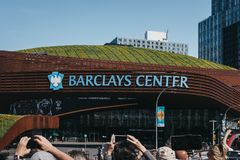 Leute, die Barclays-Center, Brooklyn, New York, USA fotografieren lizenzfreie stockfotografie