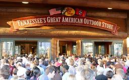 Leute, die Bass Pro Shops an festlicher Eröffnung Memphis Tennessee teilnehmen Stockbild
