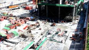 Leute, die an Baustelle in Bangkok Thailand arbeiten stock video footage