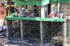 Leute, die an Baustelle in Bangkok Thailand arbeiten Stockbild
