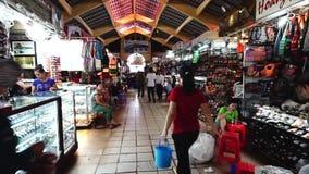 Leute, die bei Ben Thanh Night Market in Ho Chi-minh kaufen stock video footage